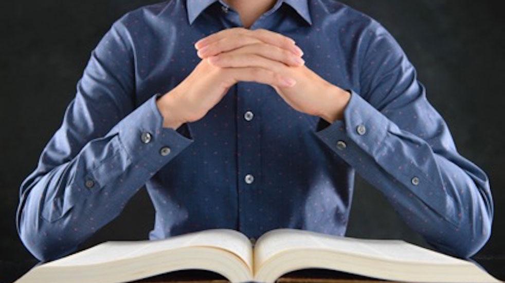 暗い所で本を読むと目が悪くなるってホント?